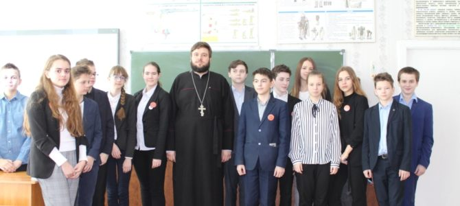 Клирик храма посетил гимназию с лекцией о Масленице.